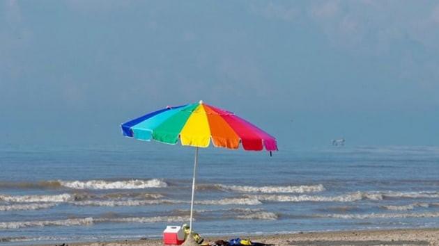 Plaj şemsiyesi göğsüne saplandı