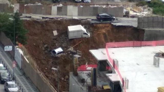 Ümraniye'de duvar çöktü; araçlar inşaat çukuruna düştü