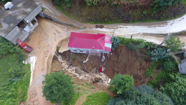 Rize'de sel ve heyelan: 1 ev çöktü, 22 ev boşaltıldı
