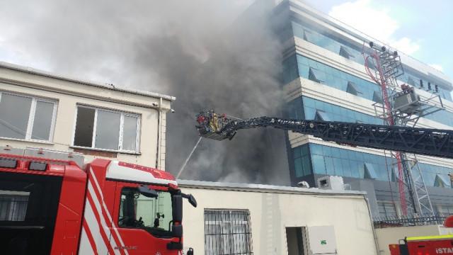 İstanbul'da korkutan yangın ! Dumanlar gökyüzünü sardı
