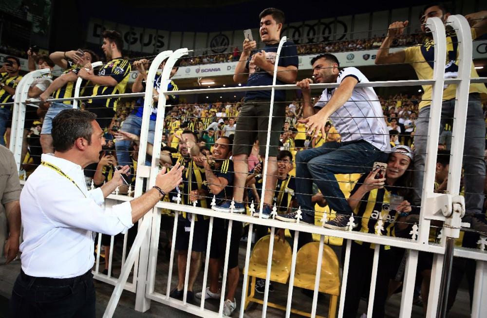 Ali Koç taraftarlarla maç izledi !