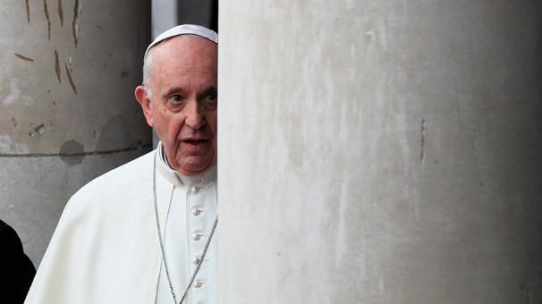 Tarihi an... Papa o ülkeye indi