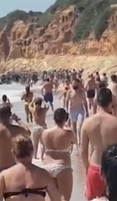 Plajda şok anlar ! Göçmenleri görünce...