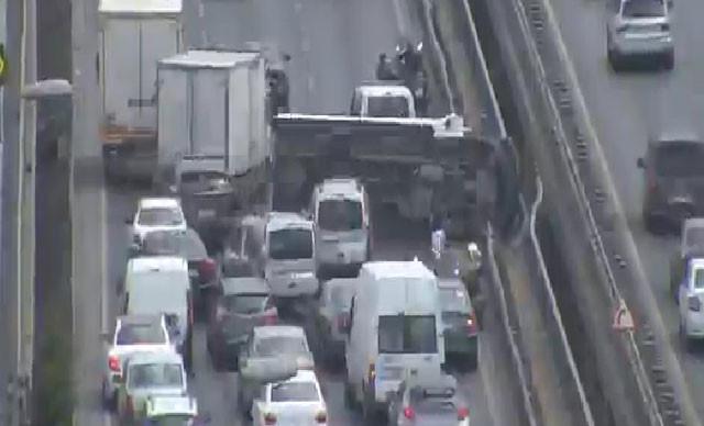 İstanbul'da trafiği kilitleyen kaza; trafik durdu