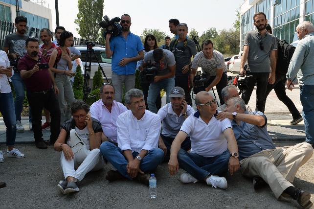 CHP'li muhaliflerden Genel Merkez önünde oturma eylemi