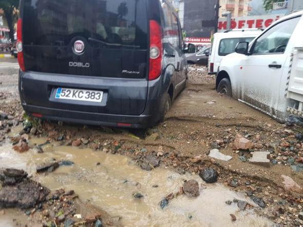 Fatsa'yı sağanak vurdu, onlarca araç sular altında kaldı