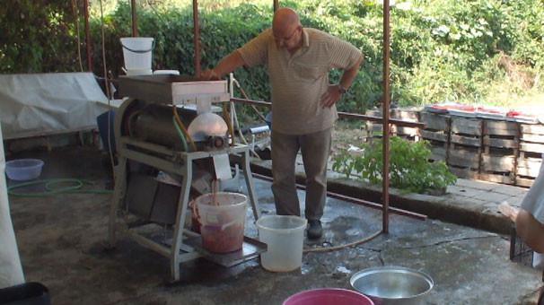 Ürettiği makine günde 5 ton domatesi salçaya dönüştürüyor
