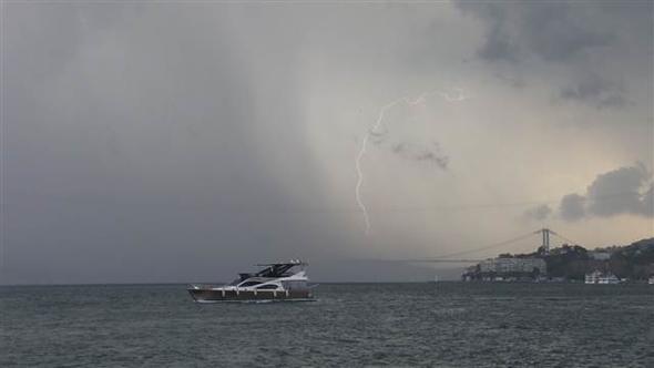 İstanbul'da gündüz gece oldu, yollar göle döndü