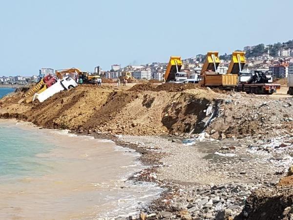 Trabzon'da deniz dolgusu çöktü; 3 kamyon kıyıda asılı kaldı
