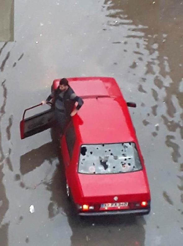 Dolu yağışı fena vurdu; 370 araç ve 90 evde hasar var...