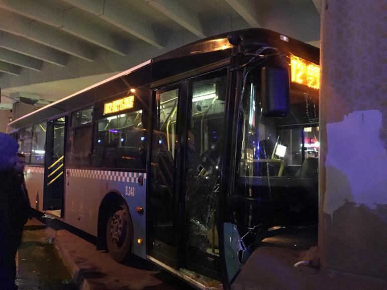 Otobüs köprünün ayağına çarptı