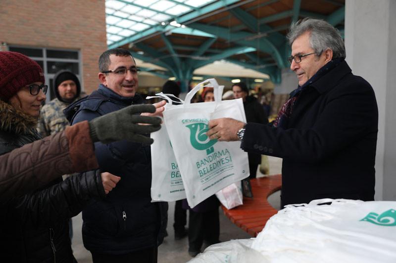 Başkan Dursun Mirza bez torba dağıttı