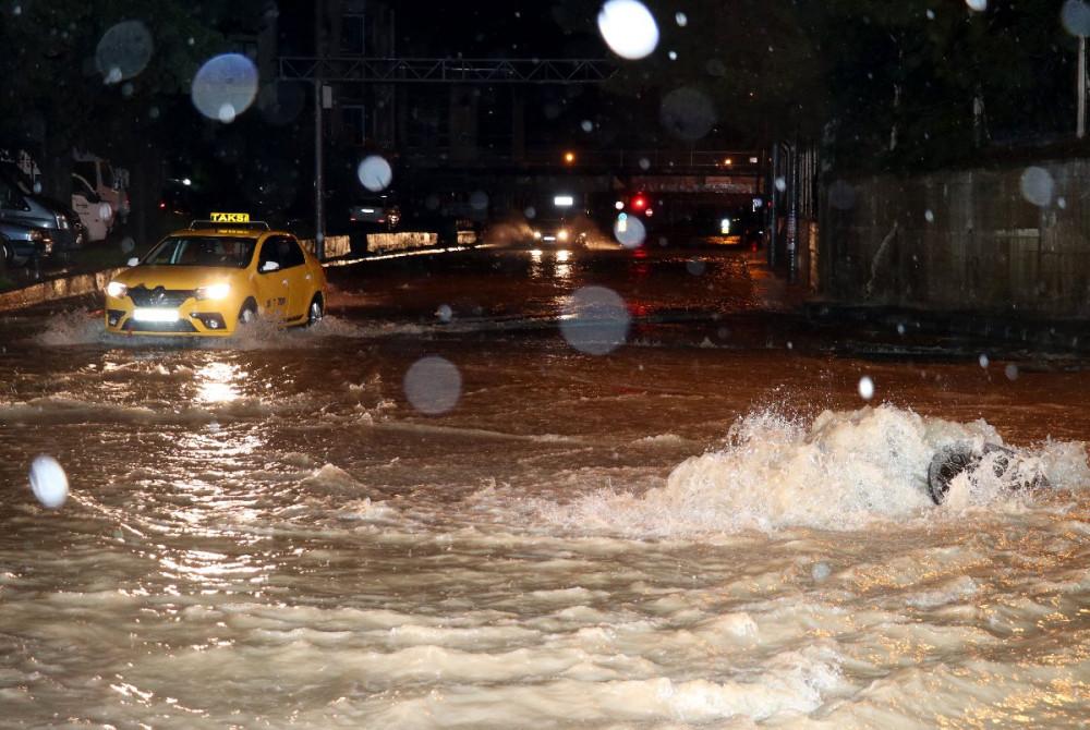İzmir'i sel vurdu ! Karayolu sular altında