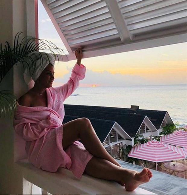 Bornozlu paylaşım modasına Saba Tümer de uydu