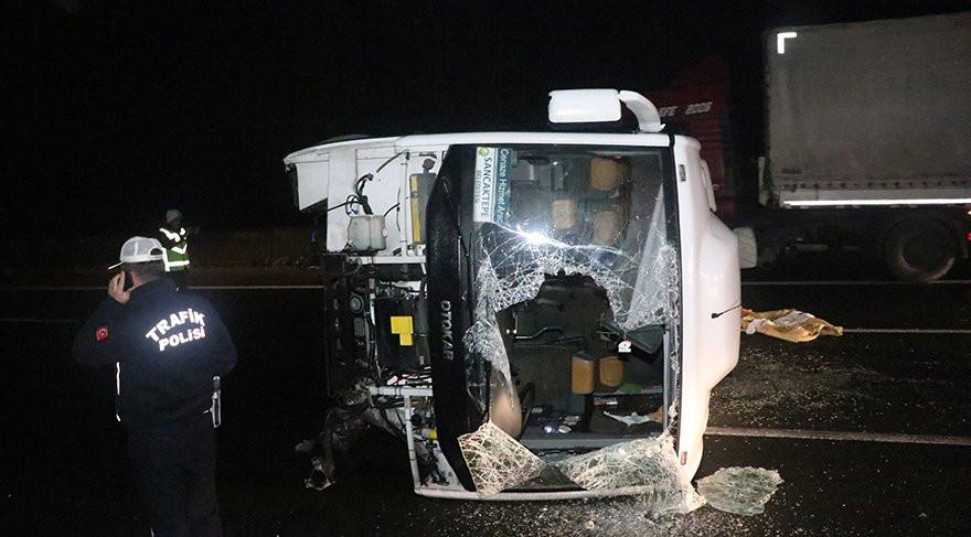 Lastiğe çarpan minibüs devrildi: 17 yaralı