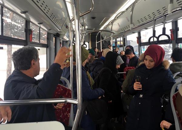 Belediye otobüsünde stand-up gösteri sürprizi