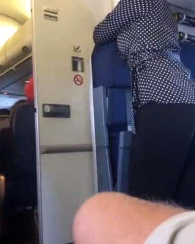 Ünlü isim paylaştı ! Uçak tuvaletinde rezalet