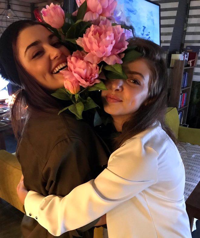 Hande Erçel'in hamile ablasıyla pozları Instagram'ı salladı