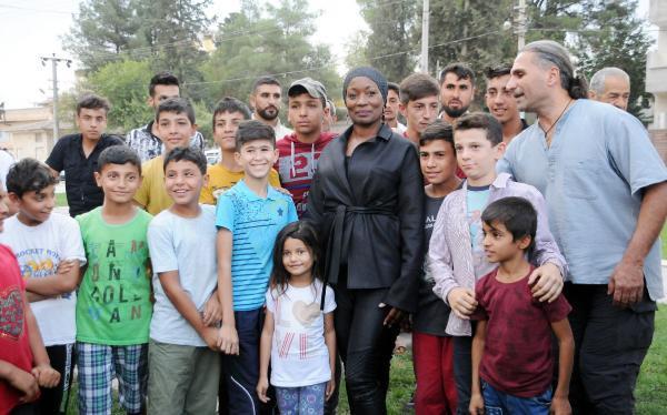 Dünyaca ünlü şarkıcı Mehmetçik'e destek için sınıra geldi