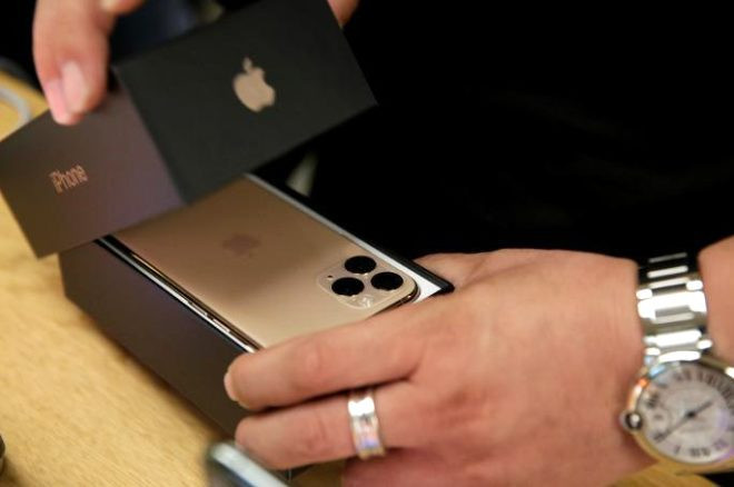 Yeni iPhone'lar satışa çıktı, mağaza önünde kuyruk oluştu