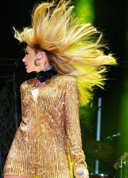 Hadise Kıbrıs konserinde giydiği kıyafetiyle olay oldu