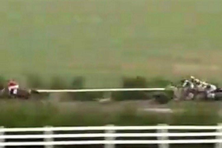 At yarışında inanılmaz anlar! Jokey böyle uçtu