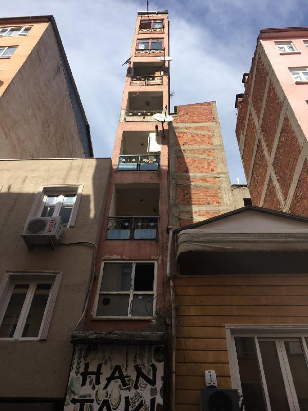 İzmit'te görenleri şaşkına çeviren bina