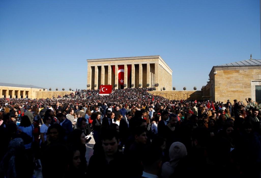 Anıtkabir'de tarihi gün: Binlerce kişi Ata'sına koştu