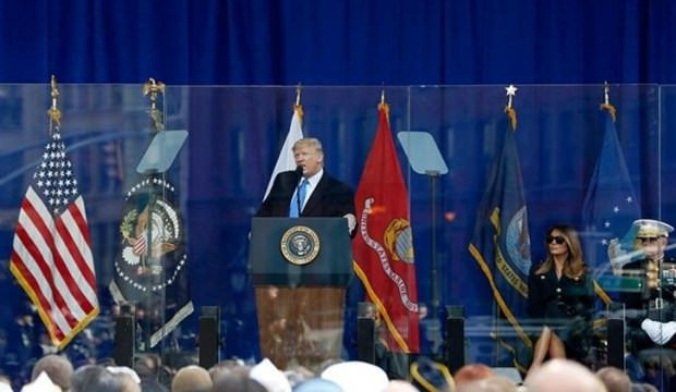ABD Başkanı Trump camın arkasında konuştu !