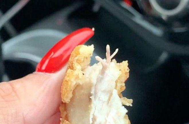 Fast food devinde skandal! Hamburgerin içinden çıkan şoke etti