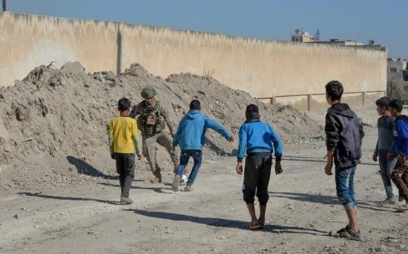 Mehmetçik kaleye geçip, Suriyeli çocuklarla top oynadı