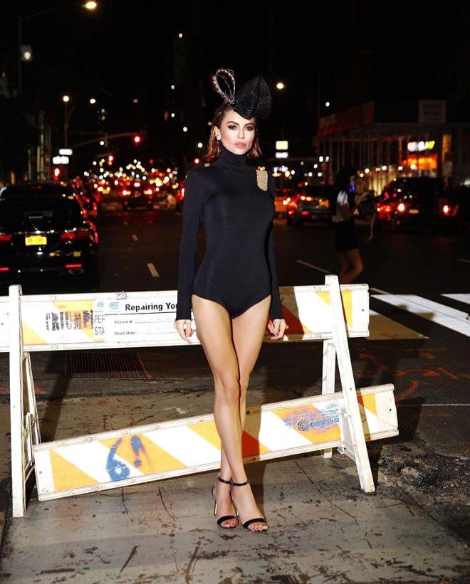 Ünlü model mayosuyla caddeleri kasıp kavurdu