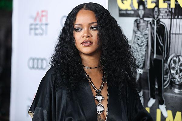 Rihanna yine iç çamaşırsız...