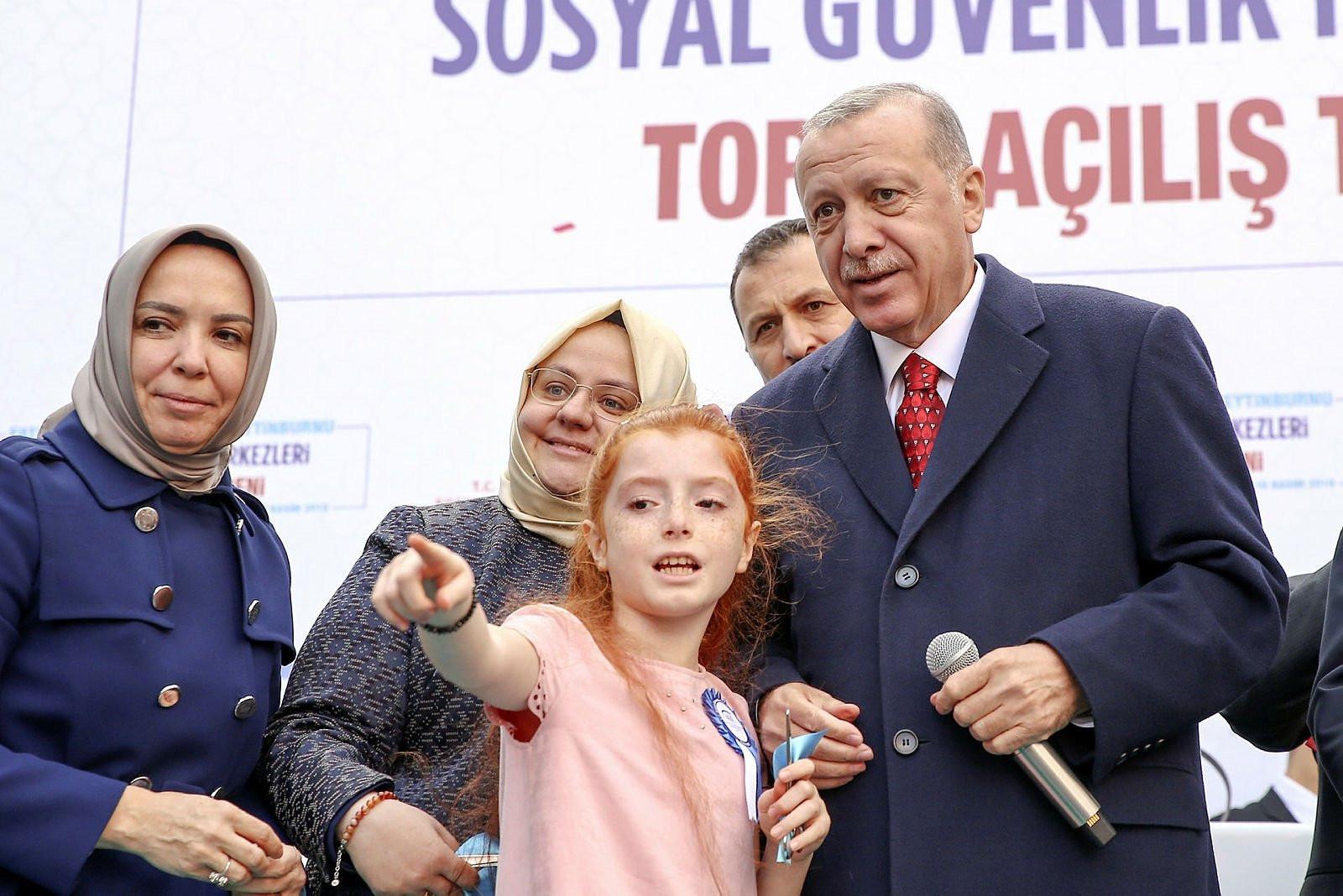 Erdoğan, kendine seslenen kız çocuğunu yanına çağırarak kurdeleyi b
