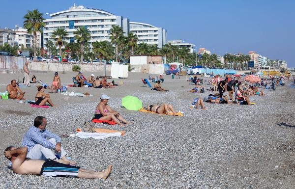 Antalya'nın ünlü sahili Kasım ayında doldu taştı