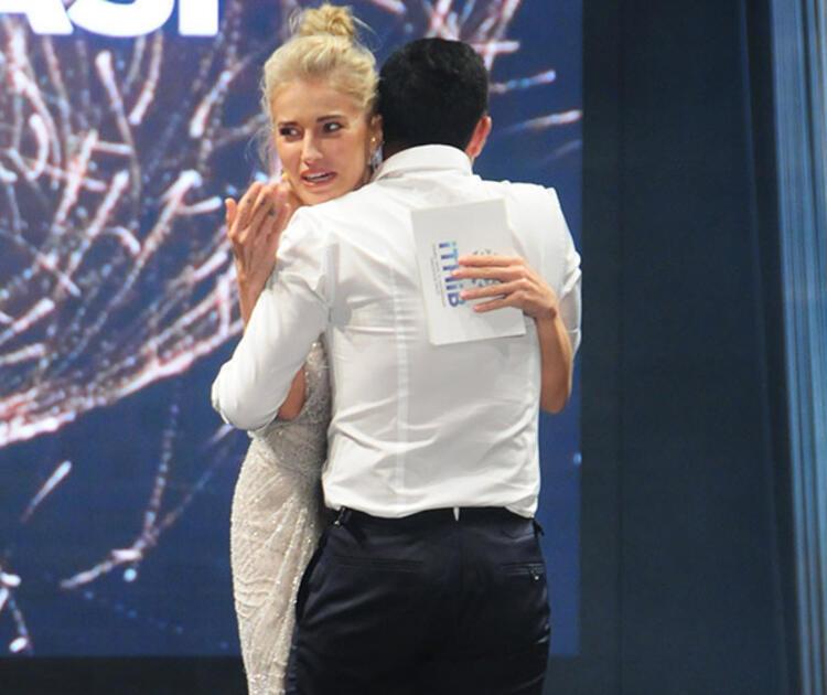 Mustafa Sandal, Burcu Esmersoy'a iltifat yağdırdı