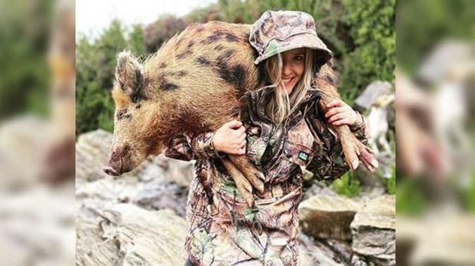 Güzel ''avcı'' bu kareler nedeniyle ölüm tehditleri alıyor