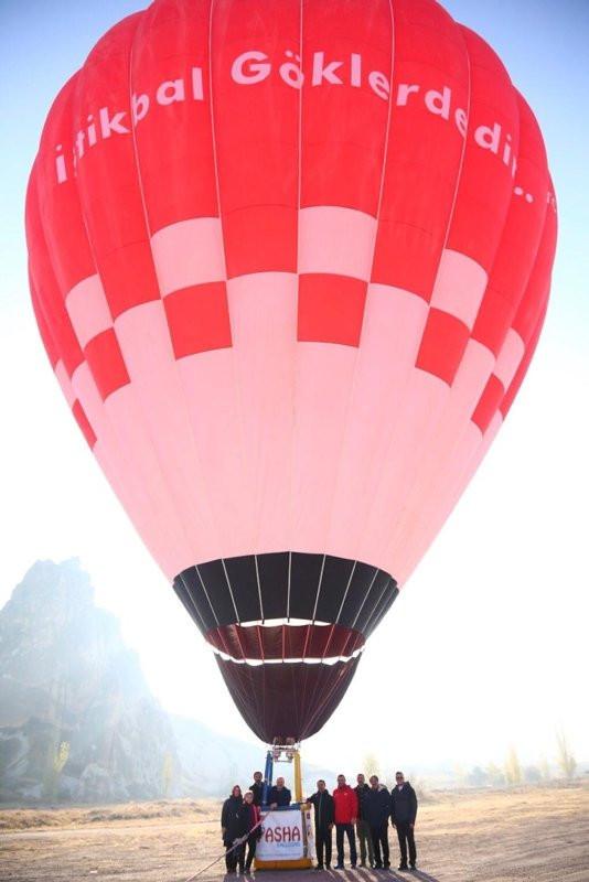 Bakan Varank ilk yerli balon ile uçtu, bir süre pilotluk yaptı