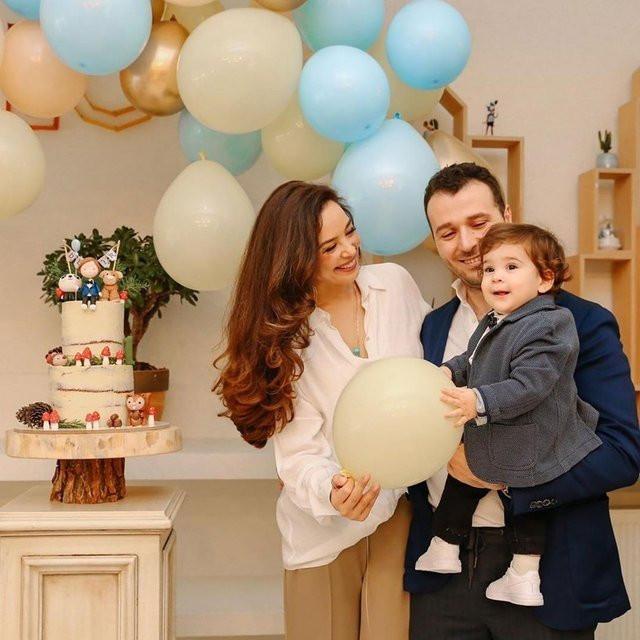 Azra Akın ve Atakan Koru oğullarının birinci yaş gününü partiyle ku