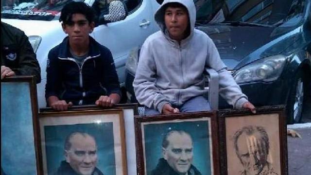 Çöpe atılan Atatürk fotoğraflarına çocuklar sahip çıktı