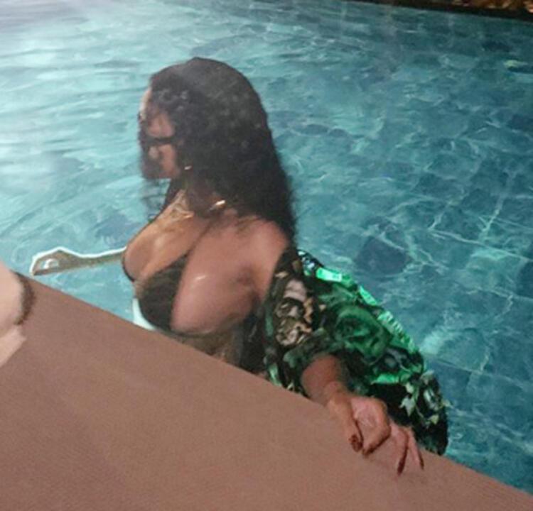Rihanna'dan bikini şov !