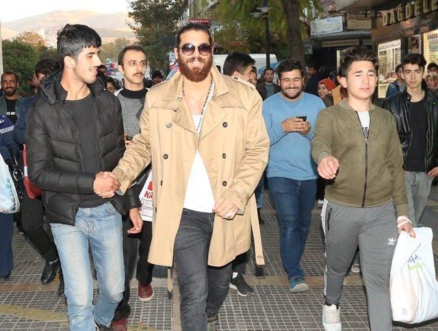 Can Yaman bu kez Malatya sokaklarında yürüyemedi!