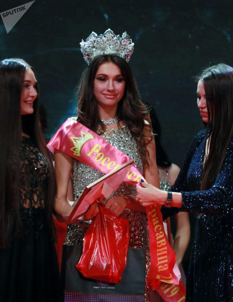 Rusya'da 3 güzellik yarışmasının galipleri aynı sahnede