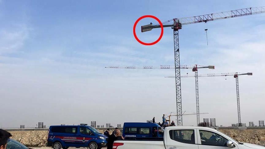 Havalimanı inşaatında eylem ! Vincin üzerine çıktı...