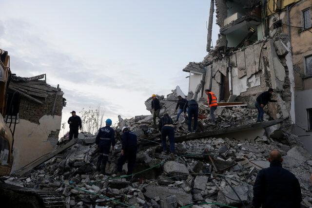 Arnavutluk depreminde Türklerin kaldığı otel çöktü