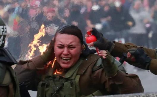 Şoke eden görüntü: Kadın polisi diri diri yaktılar!