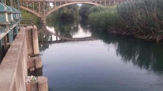 Yaşlı adam nehrin kenarında bileklerini keserek intihar etti !