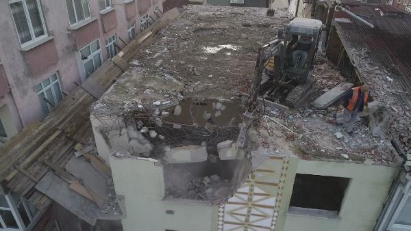 Küçükçekmece'deki yıkım çalışmasından ilginç görüntü