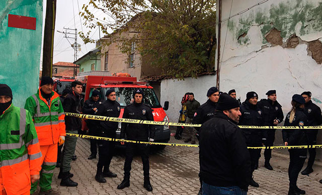 Konya'da 2 katlı bina çöktü: 3 ölü!