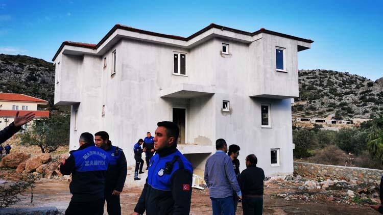 Marmaris'te kaçak yapıların yıkımı başladı